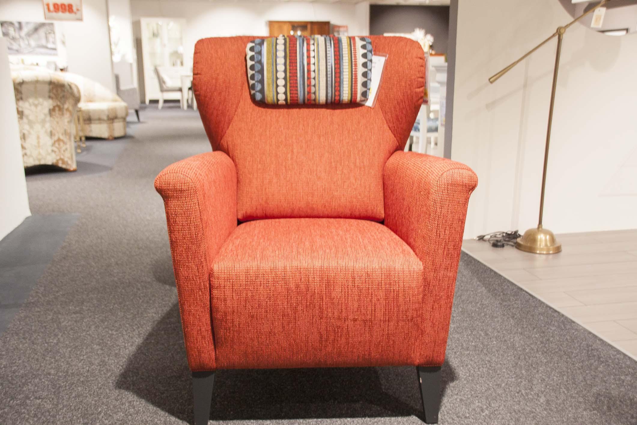Roter Sessel und Kopfpolster (Puhlmann)